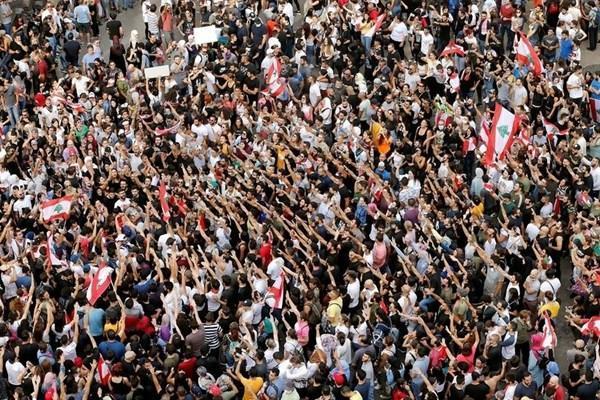 ادامه تظاهرات در لبنان ، فرار الحریری از استعفا با اصرار بر تغییر در کابینه