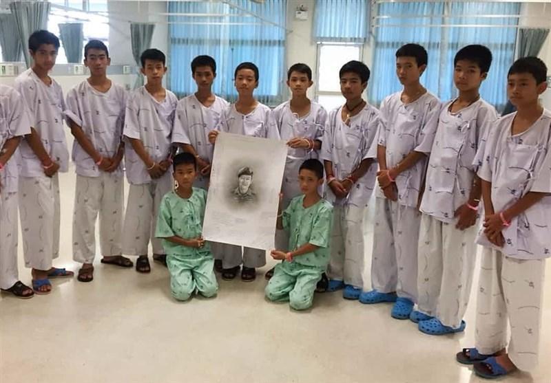 نجات یافتگان غار تایلند در سوگ غواص فداکار