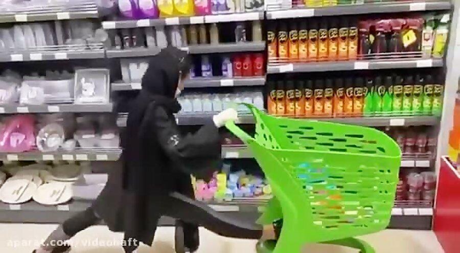 چالش پا باز دختران و مشتریان در یک فروشگاه ، ورود دادگستری هرمزگان به هنجارشکنی تارا مارکت