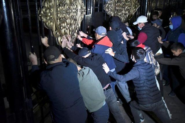 ساختمان مجلس قرقیزستان توسط معترضان تصرف شد